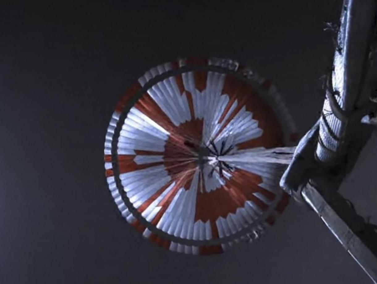 Dare Mighty Things inscription parachute Perséverance NASA
